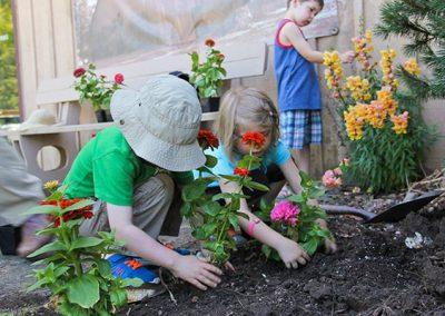 32_kids_gardening